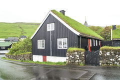 Het huis de Faeröer van het grasdak stock foto
