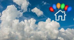 Het huis in de hemel van wolken wordt - het 3d teruggeven gemaakt die Royalty-vrije Stock Foto