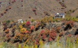 Het huis in de herfstbergen Royalty-vrije Stock Afbeeldingen