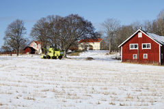 Het huis, de sneeuw en de winter van het landbouwbedrijf Royalty-vrije Stock Afbeelding