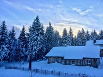 Het huis in de sneeuwduitsers-bergen in het Harz-gebied stock foto's