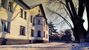 Het huis in de stijl van Stalin in de provinciale Russische stad Bilding in neoclassicism van stijlstalin stock afbeelding
