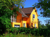 Het huis is in een tuin Stock Afbeeldingen