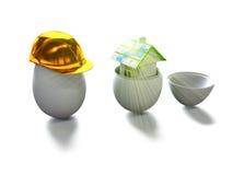 Het huis in ei en het ei in 3d bouwhelm geven terug Stock Fotografie