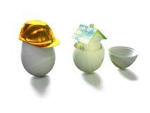 Het huis in ei en het ei in 3d bouwhelm geven terug Stock Foto