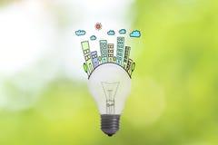 Het huis en de familie van het ecologie lightbulb concept op groene aard Royalty-vrije Stock Foto