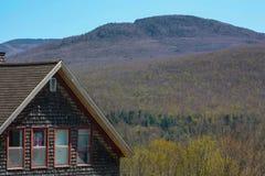 Het huis en de heuvel stock foto's