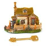 Het huis en de sleutel van het stuk speelgoed Stock Foto's