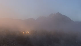 Het huis en zet Morrison dichtbij Hete Kreek Geologische Plaats op, Mammoetmeren op een Mistige de Winterochtend Stock Fotografie