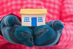Het huis houdt vrouw in de winterhandschoenen Royalty-vrije Stock Afbeelding