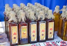 Het huis maakte alcoholdrank bij nationale Oekraïense jaarlijkse markt ` Sorochinska Yrmorka `, Royalty-vrije Stock Afbeeldingen