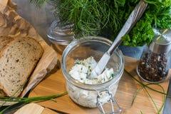 Het huis maakte brood op een houten scherpe raad met kwark en ricotta en kruiden Verfraaid met groene kruiden royalty-vrije stock foto's