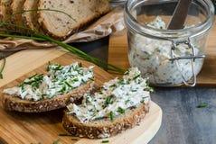 Het huis maakte brood op een houten scherpe raad met kwark en ricotta en kruiden Verfraaid met groene kruiden royalty-vrije stock afbeeldingen