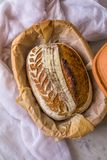 Het huis maakte tot Zuur deeg Artisanaal Gespeld Brood na baksel in een Nederlandse oven op marmeren achtergrond stock afbeelding