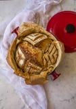 Het huis maakte tot Zuur deeg Artisanaal Gespeld Brood na baksel in een Nederlandse oven op marmeren achtergrond stock fotografie