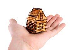 Het huis in menselijke hand Royalty-vrije Stock Foto's