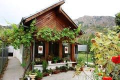 Het huis met bloemen van de helderziende en het helderziende Baba Vanga Stock Foto