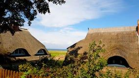 Het huis met Dak ree of met stro bedekt op het strand royalty-vrije stock fotografie