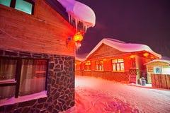 Het huis met sneeuw in de de sneeuwstad van China ` s royalty-vrije stock afbeeldingen