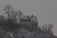 Het huis op de heuvel bij de winterdag stock foto