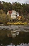 Het huis op de rivierbank Royalty-vrije Stock Afbeeldingen