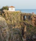 Het huis op de rotsachtige dijk bij een hola mout royalty-vrije stock fotografie
