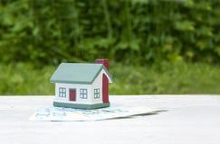 Het huis is op de twintig euro rekeningen Conceptuele foto Onroerende goederen, investering, hypotheek royalty-vrije stock afbeeldingen