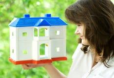 Het huis op een hand Stock Foto's