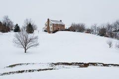 Het huis op een sneeuw behandelde heuvel, op een plattelandsgebied van Carroll County, Stock Afbeelding