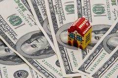 Het huis op geld Stock Afbeelding