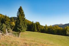 Het huis van het berglandschap stock fotografie