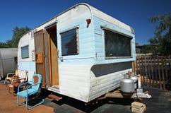 Het huis van de aanhangwagen met vensters en propaan Stock Fotografie