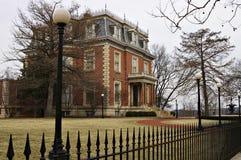 Het huis van de baksteen met ijzeromheining royalty-vrije stock foto