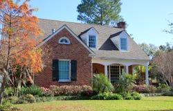 Het huis van de baksteen met tuin royalty-vrije stock foto's
