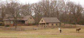 Het huis van de boerderijstijl in het land royalty-vrije stock afbeeldingen