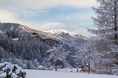 Het huis van de de winterberg over stad Krimml Stock Foto's