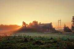 Het huis van de droom in fantastische plaats, ochtendmist Stock Afbeelding
