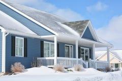 Het Huis van de Familie van de winter royalty-vrije stock afbeelding