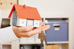 Het huis van de handholding met sleutels Stock Foto