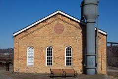 Het Huis van de hoevepomp en Blauwe Hemel stock foto