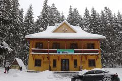 Het huis van de houtvester in de bergen Meer Synevir stock fotografie