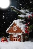 Het huis van de Kerstmispeperkoek in de sterrige nacht Stock Foto