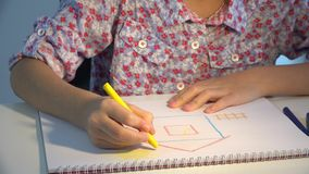 Het huis van de kindtekening, meisjeskleuring die, jonge geitjes ambacht, kinderenonderwijs 4K maken stock video