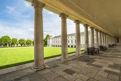 Het Huis van de koningin, Greenwich, mening throung de kolommen royalty-vrije stock foto