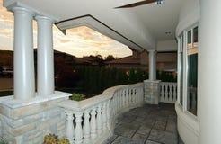 Het huis van de luxe bij schemer Stock Afbeelding