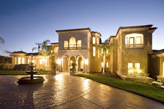 Het huis van de luxe bij schemer Stock Foto's