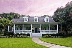 Het huis van de luxe bij schemering Royalty-vrije Stock Fotografie
