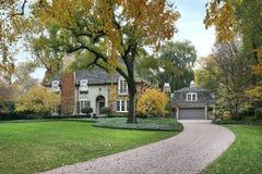Het huis van de luxe in de herfst stock afbeeldingen