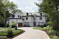 Het huis van de luxe met cirkeloprijlaan Royalty-vrije Stock Foto's