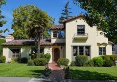 Het huis van de luxe met grote frontyard Royalty-vrije Stock Afbeelding